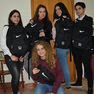 Jogadoras recebem mochilas e bolsas Nike