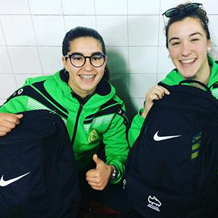 Jogadoras recebem mochilas Nike